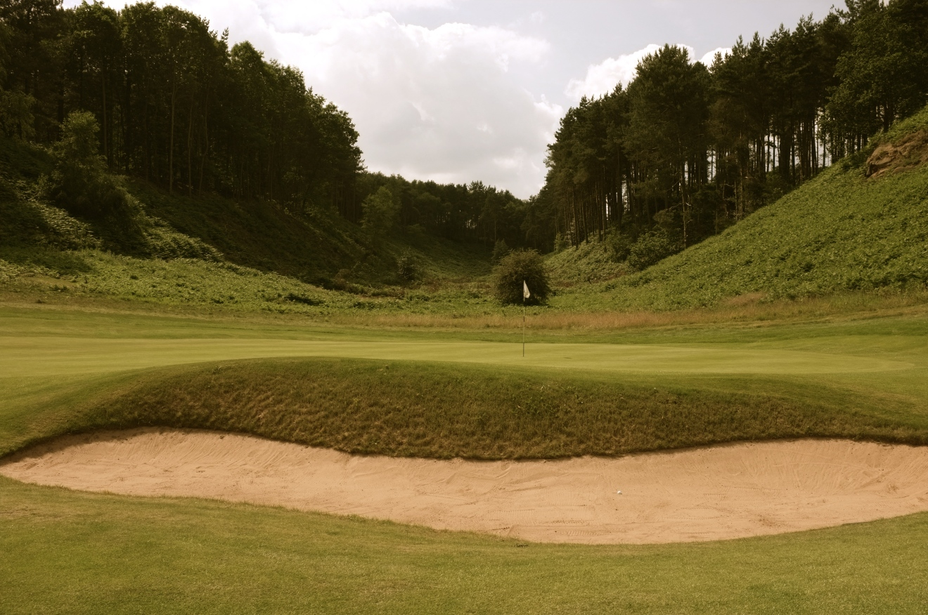 With the green set at the base of a huge fern-clad valley, the 2nd hole is an early highlight of the front nine.